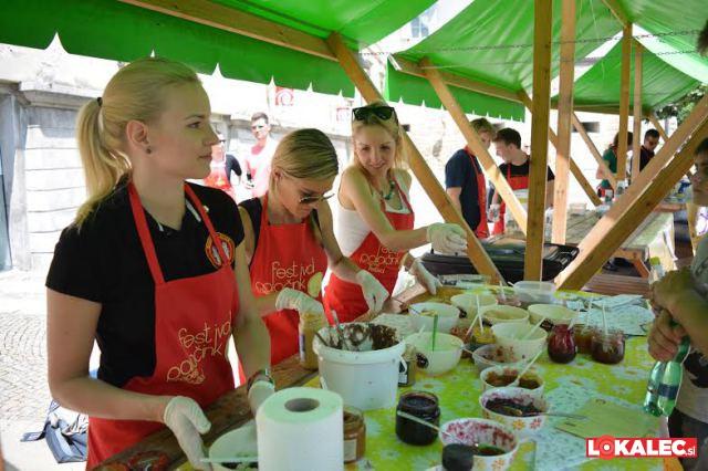 Člani Rotaract kluba Maribor s peko palačink zbrali 2.000 EUR prostovoljnih prispevkov