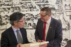 Župan MOM Andrej Fištravec in Vodja kitajske delegacije Xu Jianhua; FOTO: STA