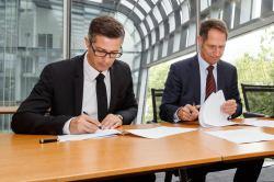Boris Novak in Achim Dünnwald podpisujeta pogodbo
