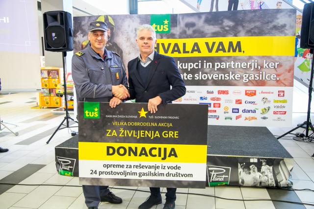 Bojan Ratej, Tuš Maribor, predaja donacijo Franciju Petku, poveljniku GZ Slovenije