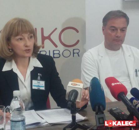 Darja Arko, strokovna direktorica UKC Maribor in Dejan Bratuša, predstojnik oddelka za urologijo na novinarski konferenci januarja 2017.