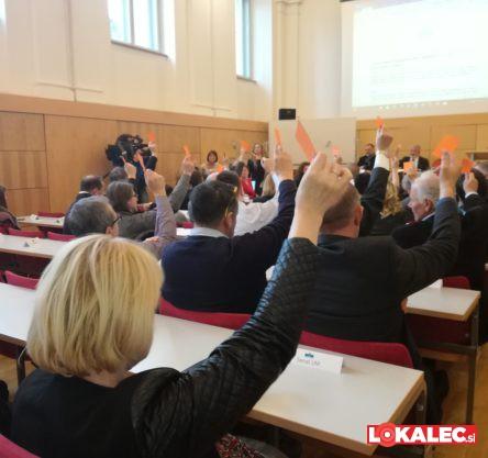 Glasovanje na skupni seji organov Univerze v Mariboru, ko so odločili, da bo vodenje Univerze prevzelo 6 prorektorjev.