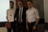 Zmagovalcema Zimske šole informatike (Juretu Srešu in Domnu Hohlerju) je nagrado podelil Josef Gröblacher, član uprave Nove KBM.