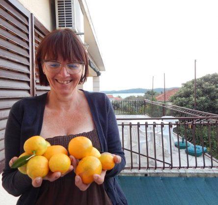 Metka na balkonu z nabranim, svežim sadjem.