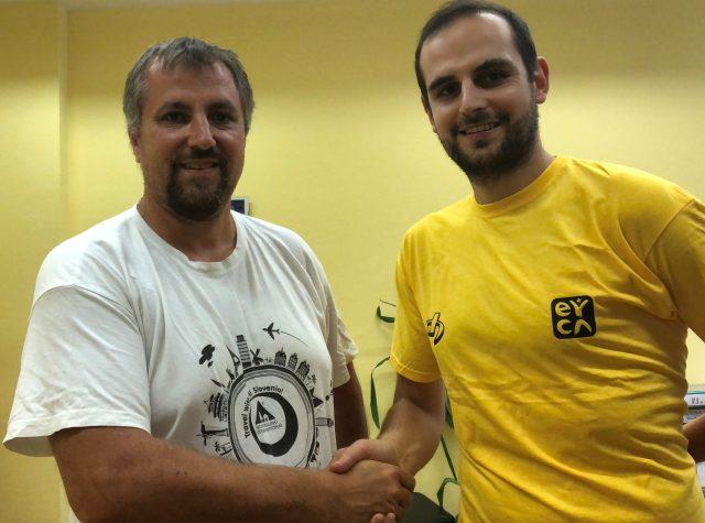 Igor Jurišič (PZS) in Jan Peloza (zavod MOBIN) po podpisu sporazuma.