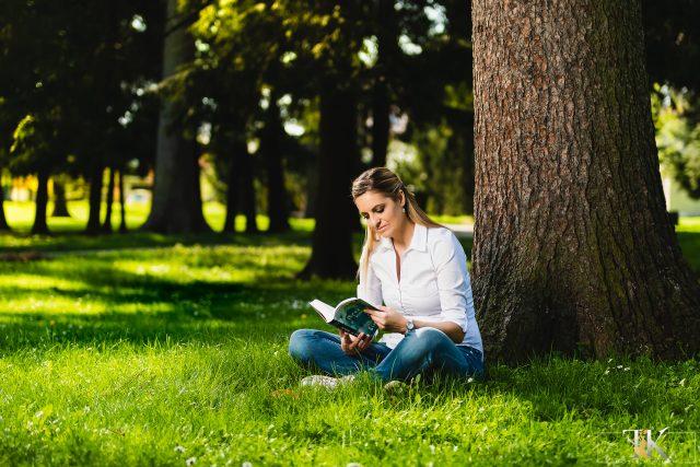 Mihaela (Miša) Margan med branjem v parku.