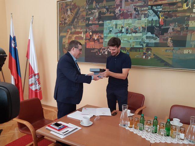 Župan Fištravec je Luki Šuliću podaril vino Stare trte