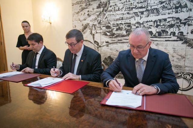 Podpisovanje pogodb (1)