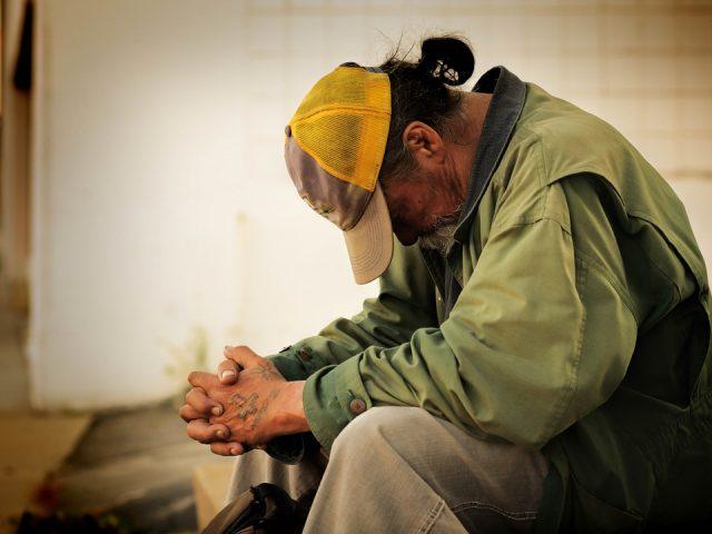 Ljudje v stiski potrebujejo sistemsko in celovito pomoč. Vir: pixabay.com