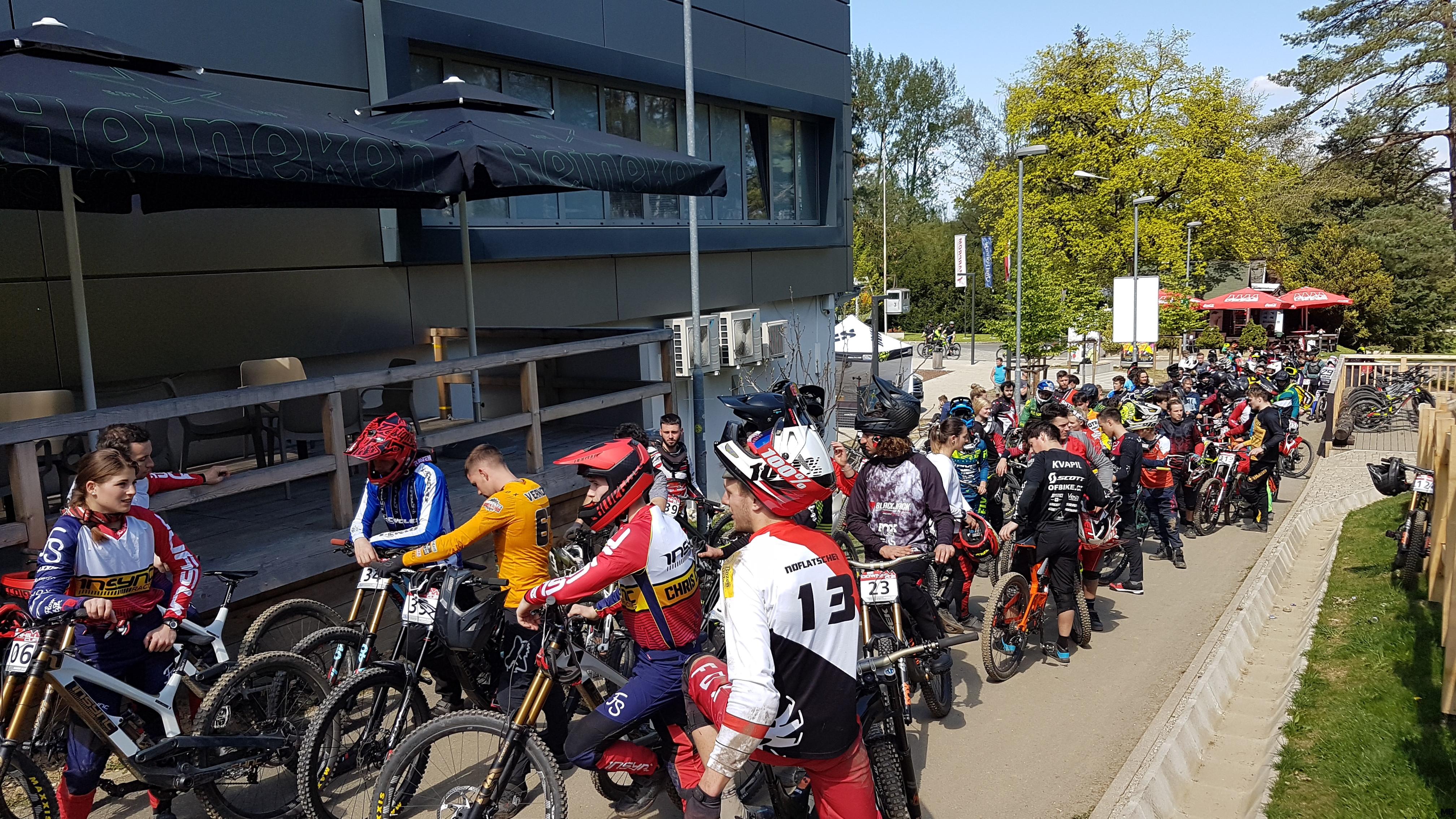 Kolona kolesarjev pred Pohorsko vzpenjačo