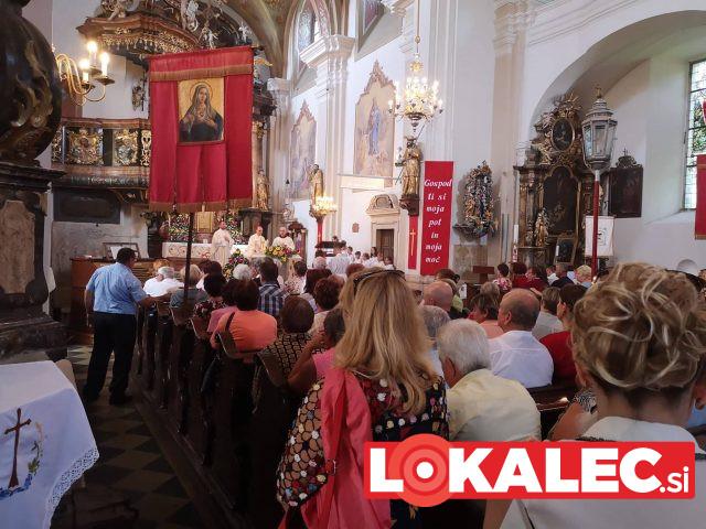V cerkev Svete Trojice je prišlo mnogo romarjev iz vse Slovenije