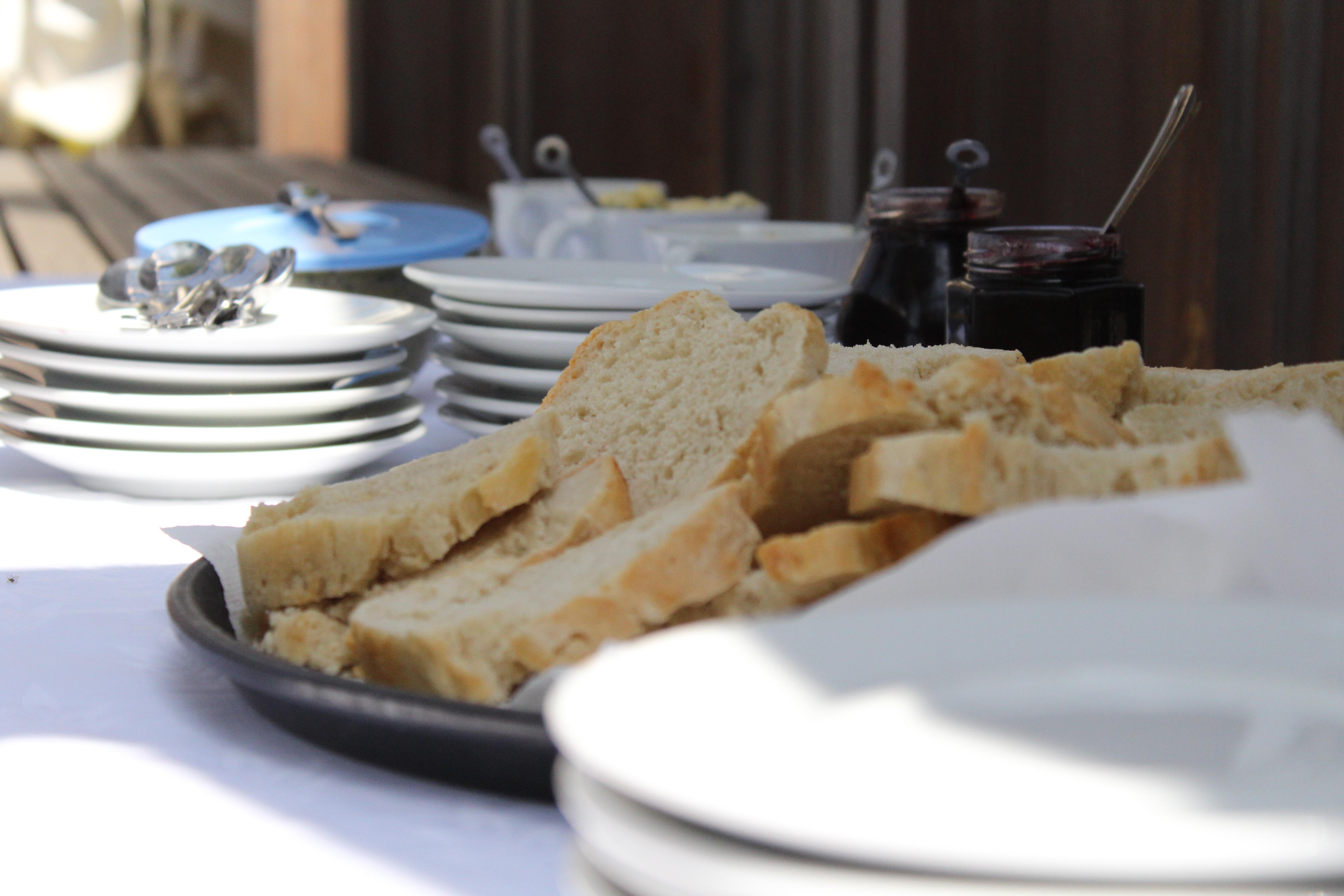 Zajtrk sta pripravila prostovoljca Tereza Vidovič in Gašper Bračič. FOTO. Alma Mursenovič