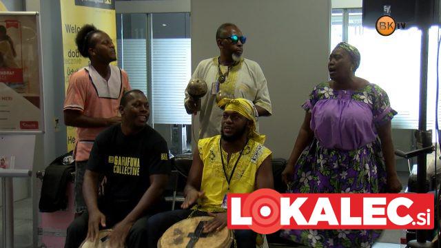 Skupina Garifuna Collective med nastopom v banki Nove KBM.